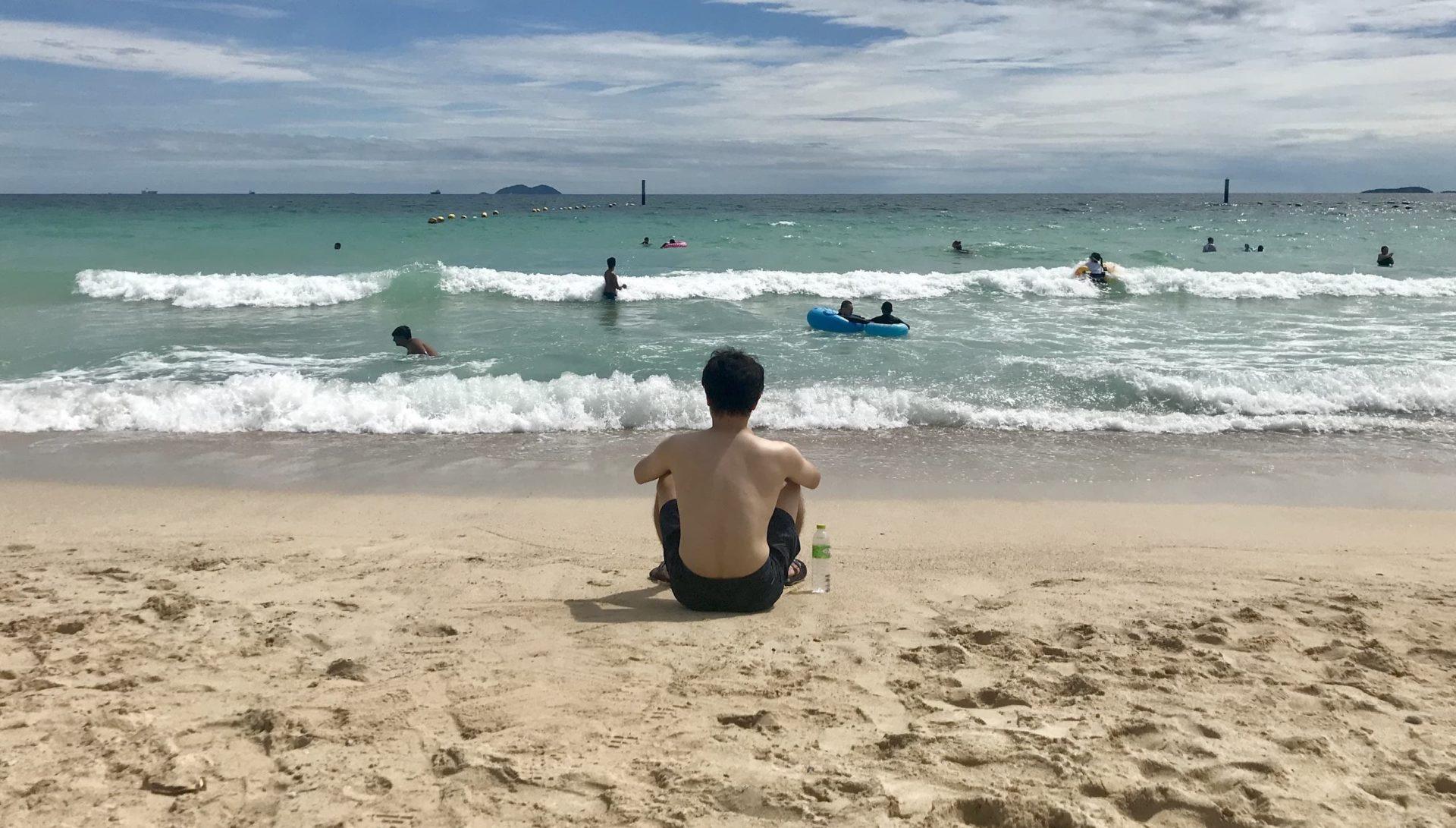 海を眺めるパヤ